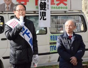 街頭で訴える寺下章夫市長候補(左)と宇都宮健児元日弁連会長(右)=27日、東京都府中市(「しんぶん赤旗」提供)