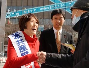 「2000万署名」をした男性と握手する田村氏(中央)=4日、東京都中野区のJR中野駅前(「しんぶん赤旗」提供)