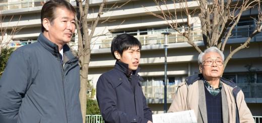 都営白鬚東アパートを視察する山添拓候補(中央)=8日、東京都墨田区