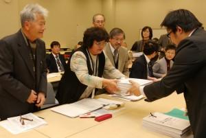 オスプレイの横田基地への飛来・配備に反対する署名を提出する参加者=12日、参院議員会館(「しんぶん赤旗」提供)