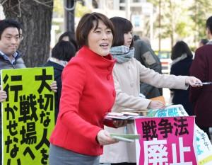 戦争法廃止を求める「2000万署名」を呼びかける田村智子参院議員=16日、東京都千代田区