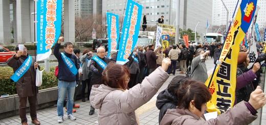 福祉や雇用施策の充実などをシュプレヒコールで訴える開会日行動の参加者=17日、東京都庁