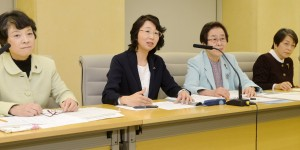 条例案について会見する(左から)清水、里吉、小竹、大島の各氏=17日、東京都議会(「しんぶん赤旗」提供)