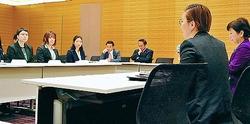 (写真)LGBTの学生ら(左側)の意見を聞く国会議員。右から2人目は池内さおり衆院議員=16日、衆院第1議員会館