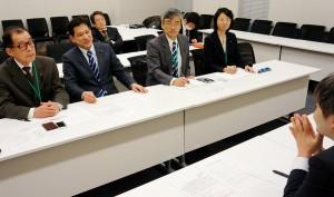外環道計画について国交省をただす(奥左から)松村、宮本、(1人おいて)曽根、里吉の各氏=22日、国会内 (「しんぶん赤旗」提供)