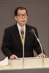 討論に立つ松村都議=3日、東京都議会
