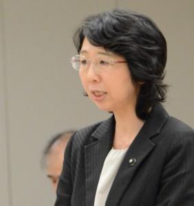 東京都公衆浴場振興条例案について説明する里吉ゆみ都議=14日、東京都議会(「しんぶん赤旗」提供)