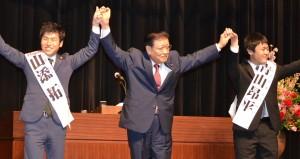 声援に応える(左から)山添、市田、青山衆院4区候補の各氏=4日、東京都大田区(「しんぶん赤旗」提供)