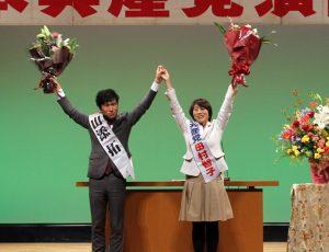 聴衆の拍手にこたえる山添(左)、田村両氏=12日、東京都中野区(「しんぶん赤旗」提供)