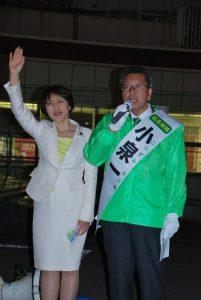 第一声で訴える小泉候補と田村参院議員=10日、東京都目黒区