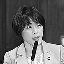 (写真)質問する田村智子議員=13日、参院決算委