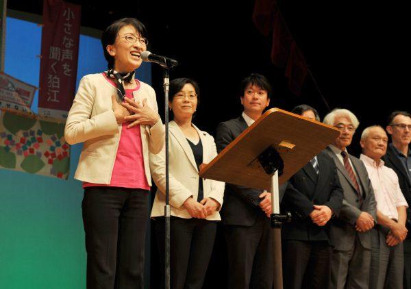 市長選に向け決意を語る平井里美さん(中央)=18日、東京都狛江市