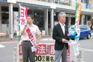 舛添都知事に疑惑解明などを求める宣伝をする香西氏(左)ら=27日、東京都品川区