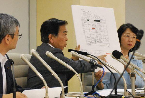 舛添知事の公用車使用の重大なルール違反問題を告発した(左から)曽根、吉田、里吉の各都議=2日東京都庁(「しんぶん赤旗」提供)