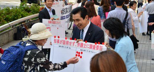 舛添都知事の説明に納得できるかなど、アンケートをとる共産党都議団=2日、東京・新宿駅東口
