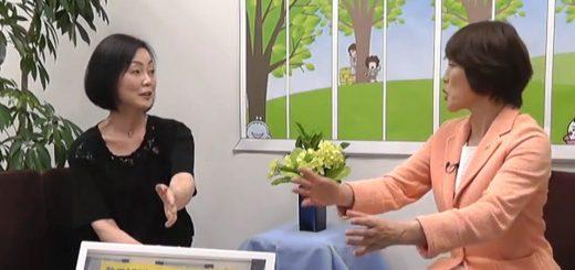 内田妙子さん(左)と語り合う田村智子参院議員