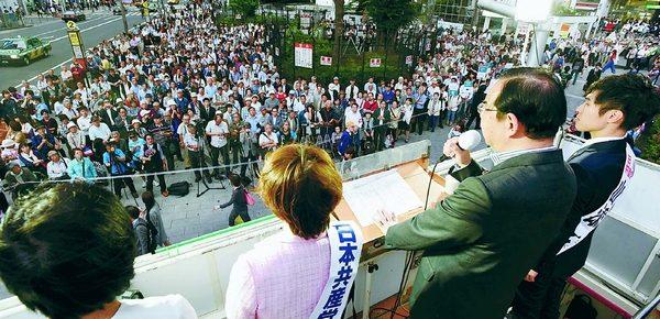 (写真)田村比例予定候補(左から2人目)、山添選挙区予定候補(右)とともに訴える志位委員長(右から2人目)=1日、東京・新宿駅東口