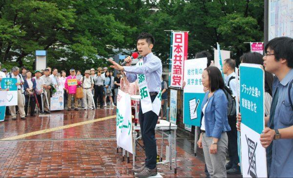 街頭で訴える山添候補=23日、東京都・多摩センター駅(「しんぶん赤旗」提供)