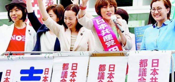 街頭宣伝で訴える田村智子副委員長・比例代表候補(右から2人目)ら=25日、東京・新宿駅南口