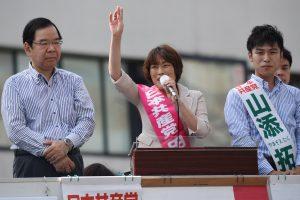 志位和夫委員長(左)の応援を受け、訴える田村智子比例候補、山添拓選挙区候補(右)=2日、東京都大田区(「しんぶん赤旗」提供)