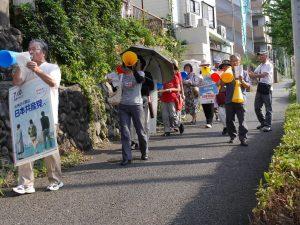 「廃止させよう戦争法」などとコールする後援会員=3日、東京都町田市