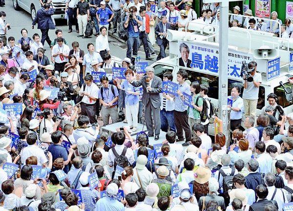 (写真)都知事選の第一声をあげる鳥越俊太郎候補(中央)=14日、東京・新宿駅東南口