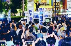 (写真)鳥越俊太郎都知事候補の訴えを聞く人たち=15日、東京・池袋駅東口