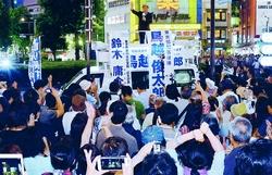 鳥越俊太郎都知事候補の訴えを聞く人たち=15日、東京・池袋駅東口