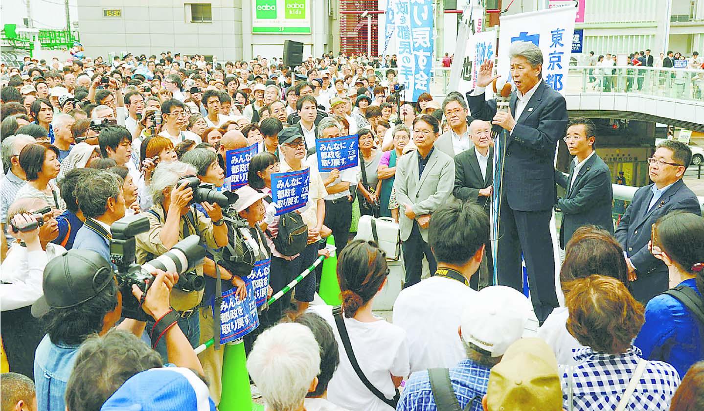 (写真)小池書記局長、長妻民進党代表代行とともに支持を訴える鳥越俊太郎都知事候補=16日、東京都足立区