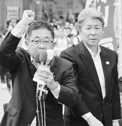 (写真)鳥越俊太郎都知事候補(右)の応援演説をする小池晃書記局長=16日、東京都足立区