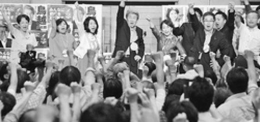 必勝に向け「がんばろう」とこぶしをあげる鳥越都知事候補(中央)と野党議員ら=26日、東京都大田区