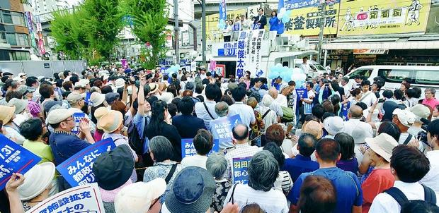 (写真)鳥越俊太郎知事候補と保坂展人区長、澤地久枝さんが訴えた街頭演説=28日、東京都世田谷区