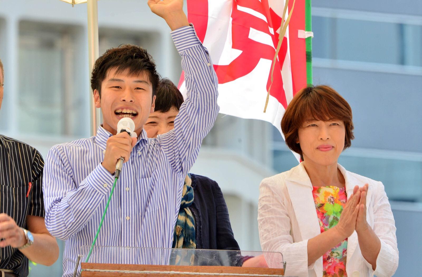 当選の報告をする山添拓氏(左)と田村智子副委員長=11日、東京・新宿駅西口