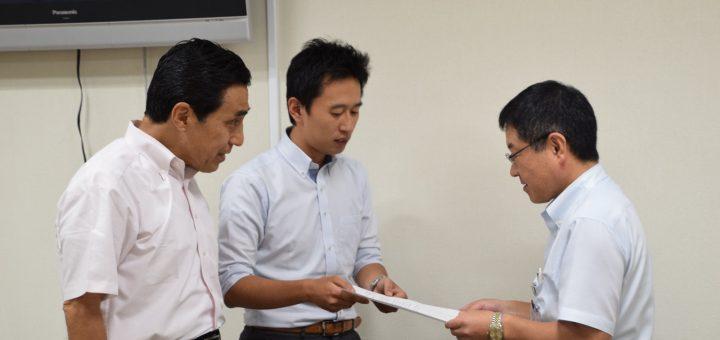 都の担当者(左)に申入書を渡す白石(中央)、とくとめの両都議=5日、東京都庁