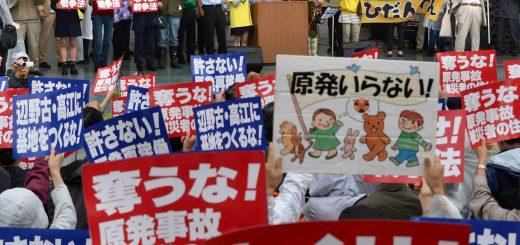 原発いらない、戦争法は今すぐ廃止とコールする集会参加者=22日、東京・代々木公園(「しんぶん赤旗」提供)