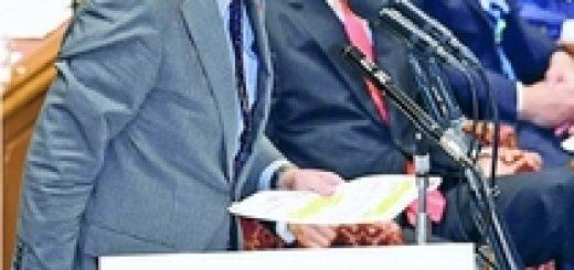 パネルを示して質問する笠井亮議員=3日、衆院予算委