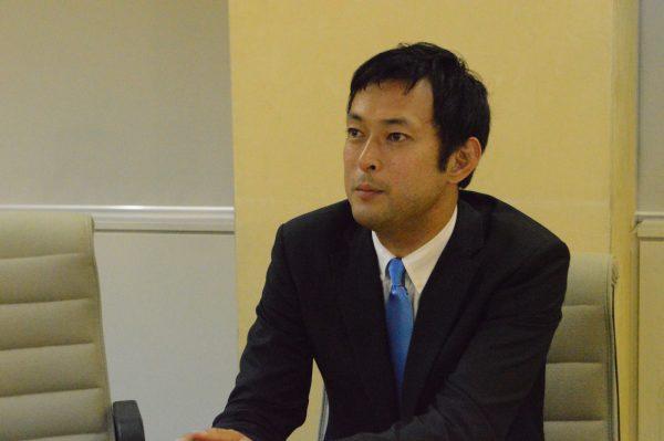 衆院東京10区補選に向けて抱負を語る鈴木庸介候補=6日、東京都庁