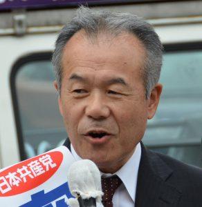 第一声を行う日本共産党の奥村ひろし市議候補=9日、東京都昭島市(「しんぶん赤旗」提供)