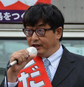 第一声を行う「市民参加で住みよい昭島をつくる会」の、こだま博美市長候補=9日、東京都昭島市(「しんぶん赤旗」提供)