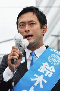 政策を訴える鈴木ようすけ候補