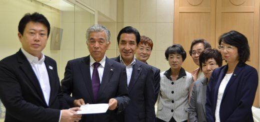 提案書を野田数・知事特別秘書(左端)に渡す日本共産党都議団=24日、東京都庁