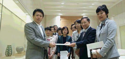 給付制奨学金の創設について野田・知事特別秘書(左端)に申し入れる日本共産党都議団=25日、都庁