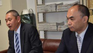 都議選への決意を語る浅川修一都議候補(左)=25日、東京都立川市(「しんぶん赤旗」提供)