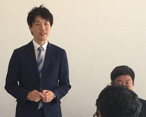 記者会見で決意を述べる池川友一都議候補=21日、東京都町田市(「しんぶん赤旗」提供)
