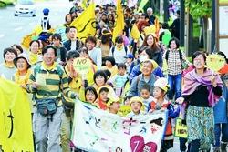 (写真)よりよい保育を求めてパレードする集会参加者=3日、東京都千代田区