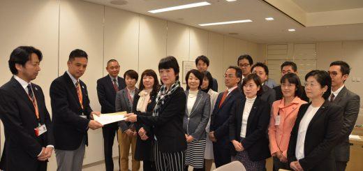都担当者(左2人)に申し入れ書を渡す日本共産党議員団=4日、東京都庁