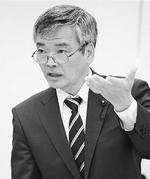 「地下水排水を止めた都の責任は重大だ」と追及する曽根はじめ都議=16日、東京都議会