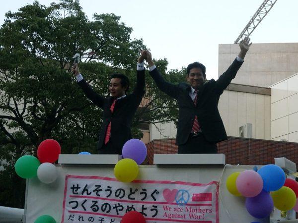 演説し拍手にこたえる宮本(右)、初鹿両氏=13日、東京都江戸川区