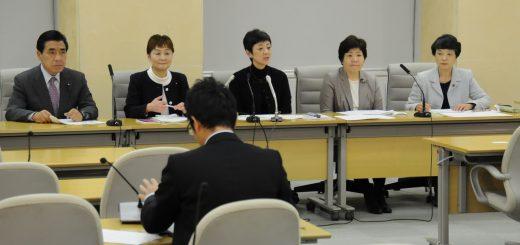 子ども医療費無料化と都議の期末手当据え置きの条例案について記者会見する日本共産党都議団=1日、都庁