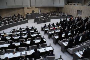 2015年度中央卸売市場会計決算を着席して不認定にする日本共産党(左)、民進党など=15日、都議会本会議